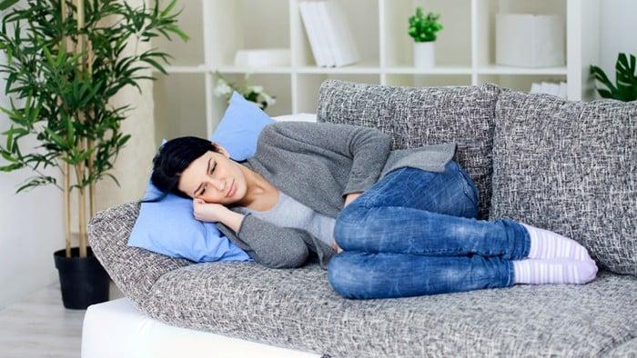 mujer descansando o durmiendo en un sillon